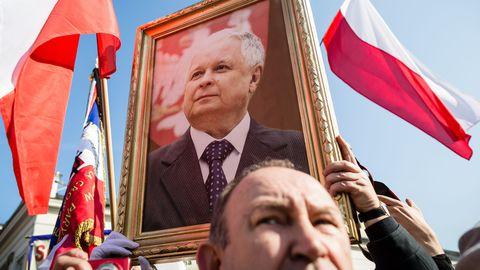 POLOGNE des-polonais-brandissent-la-photo-de-l-ancien-president-lech-kaczynski-a-varsovie-le-10-avril-2015-lors-d-une-ceremonie-5-ans-apres-le-crash-de-l-avion-presidentiel-a-smolensk_5318291