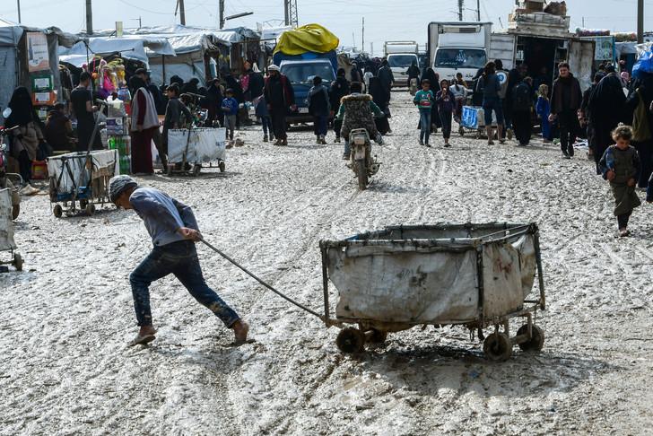 SYRIE Un enfant tire une charrette dans le camp de déplacés Al-Hol dans la province 4a6dbe0033f0f8986d720c5b4b799eeb8e52e42b_1_728_486