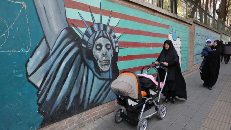 IRAN Des Iraniennes passent devant des graffitis sur les murs de l'ancienne ambassade américaine à Téhéran, le 4 novembre. 000_1ak1ro_0