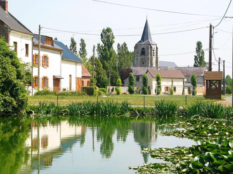 village 1200px-Lavacquerie_mare_&_église