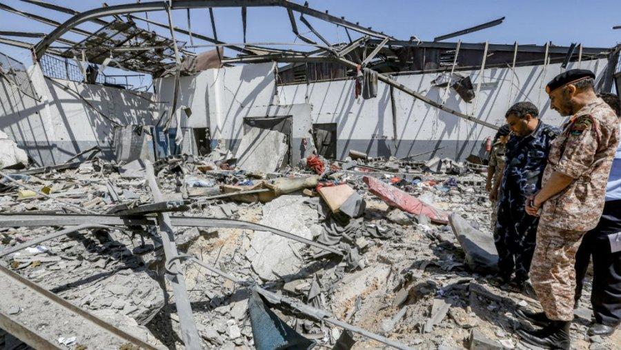 LIBYE Des militaires libyens dans les décombres du centre pour migrants de Tajoura, au lendemain du bombardement qui a fait 53 morts le 2 juillet 2019. Mahmud Turkia, AFPtajoura-3juillet-m