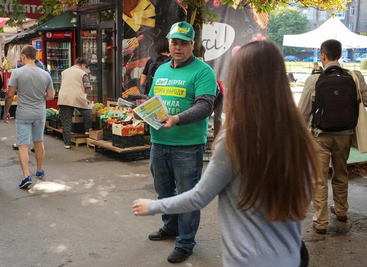 UKRAINE militant-distribue-tracts-soutien-parti-Serviteur-peuple-president-ukrainien-Kiev-18-juillet_1_729_530