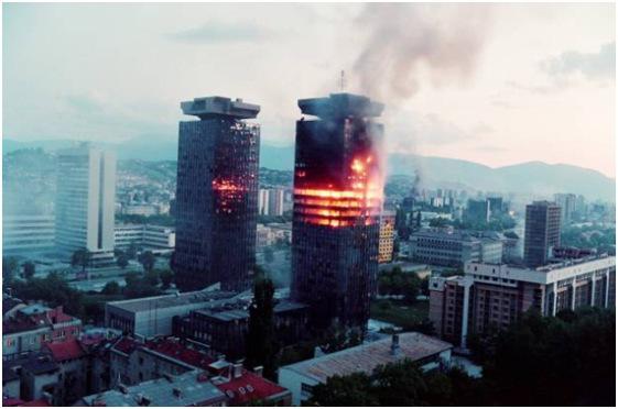YOUGOSLAVIE Les tours Unis à Sarajevo, en flammes en 1992.Tours Unis