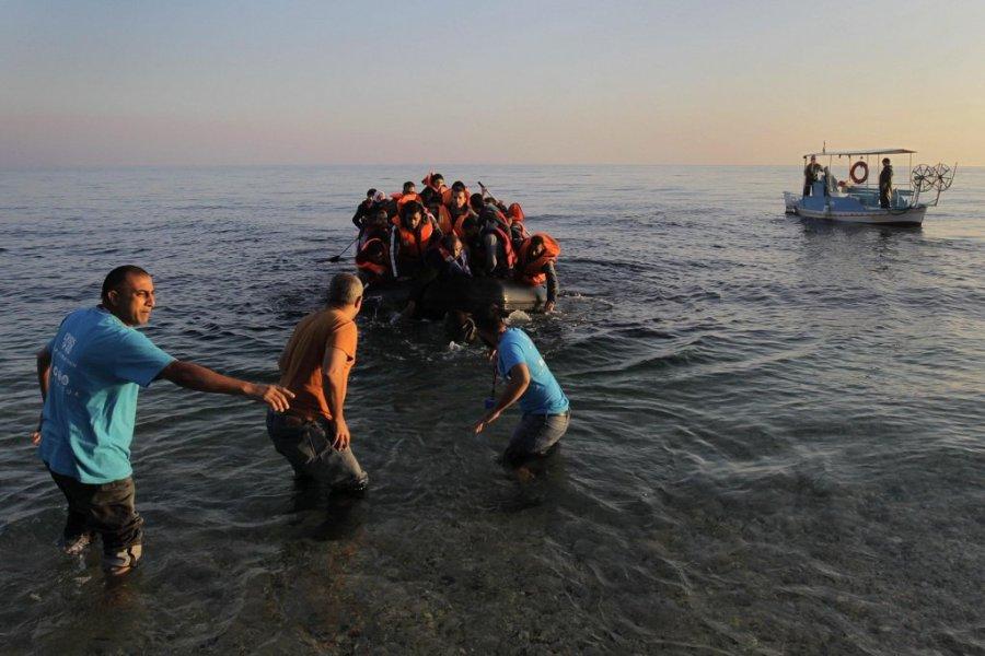 GRECE Des pêcheurs locaux aident des réfugiés arrivant avec un canot pneumatique sur l'île grecque de Lesbos. Photo EPA ORESTIS PANAGIOTOU382dd946d24082b9c6d9f63c0893f21d4632090b