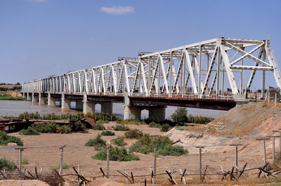 le pont de Termez entre l'Afghanistan et l'Ouzbékistan  The_friendship_bridge_connects_Mangusar,_Uzbekistan_and_Hariatan,_Afghanistan.jpg