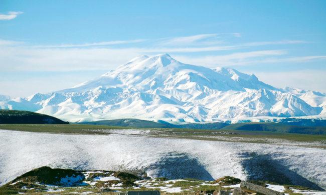 Mount_Elbrusrwaethgf Les épaules enneigées du Mont Elbrouz. Ce volcan inactif mesure 5642 mètres.