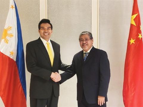 PHILIPPINES Le vice-ministre philippin des Affaires étrangères Enrique Manalo (droite) et son homologue chinois Luo Zhaohui.1532484381