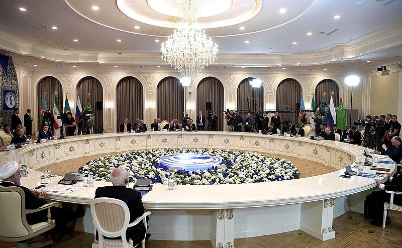RUSSIE Les négociations aboutissent le 12 août 2018 lors d'un dernier sommet présidentiel à Aqtaw, au Kazakhstan6. 800px-Пятый_каспийский_саммит_·_8