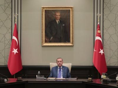 TURQUIE Sous le portrait du fondateur de la Turquie moderne, le laïque Mustafa Kemal Atatürk, Recep Tayyip Erdoğan essaye de poursuivre le relèvement de la Turquie.Voltairenet-org_-_1_1_-379-ce3a3
