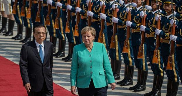 1248985-la-chanceliere-allemande-angela-merkel-aux-cotes-du-premier-ministre-chinois-li-keqiang-l-durant-une