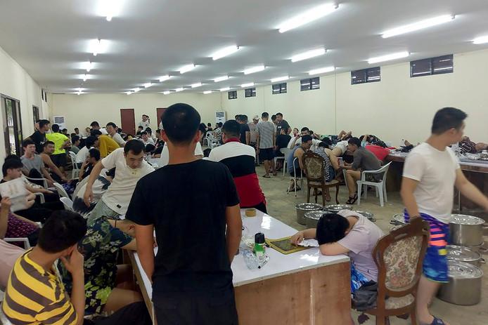 Arrestation de chinois Lors d'un raid de la police dans huit hôtels, 324 Chinois en flagrant délit auraient été interpellés © AP images2.persgroep.net