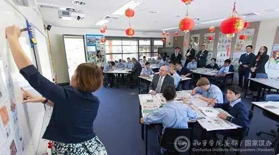 AUSTRALIE Le gouverneur David Hurley assiste à un cours de chinois dans la Classe Confucius de King's School. 082e5f06094a1866fe611b