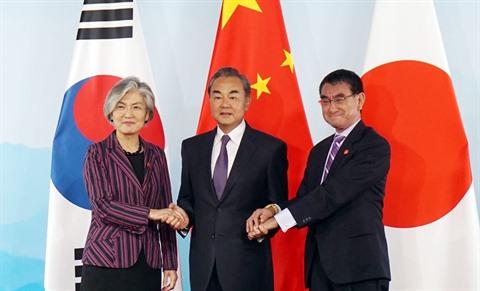 Le Premier ministre Li Keqiang (centre), la ministre des Affaires étrangères de la République de Corée, Kang Kyung-wha, et le ministre japonais des Affaires étrangères, Taro Kono, le 21 août. Photo- YONHAP-VNQ-CVN