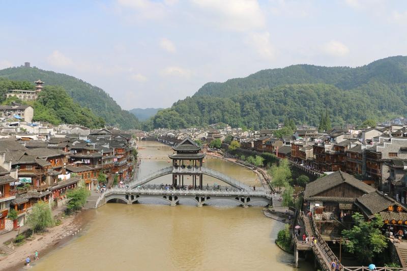 Situé à l'ouest de la province du Hunan, Fenghuang est un petit village pittoresque où y réside en grande majorité la minorité ethnique des Miao 苗族. Il est traversé par la rivière Tuojianghe 沱江和 112584168