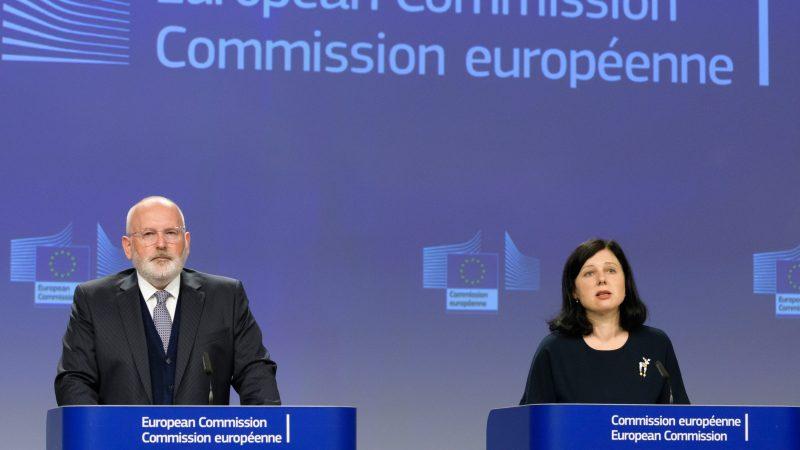 UE Frans Timmermans et Vera Jourova sont sous enquête en Roumanie. [Europe by Satellite]Timmermans-Jourova-800x450