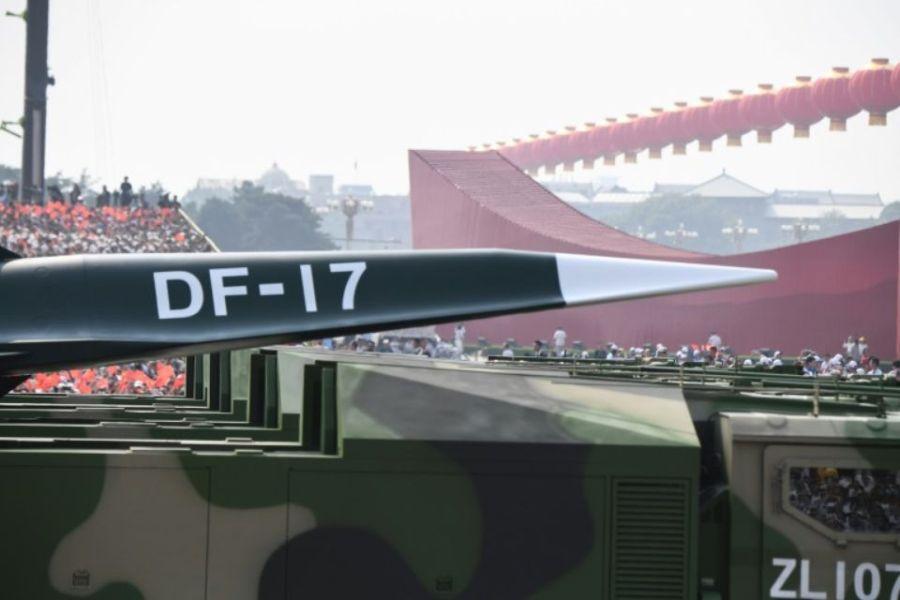 1256100-un-missile-chinois-df-17-presente-au-cours-d-un-defile-militaire-le-1er-octobre-2019-a-pekin-marquan