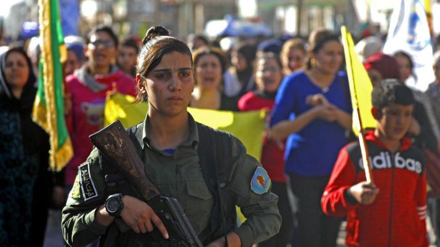 des-kurdes-de-syrie-manifestent-le-31-octobre-2018-dans-la-ville-de-qamichli-pour-protester-contre-les-bombardements-turcs-sur-des-positions-d-une-milice-kurde-dans-le-nord-de-la-syrie_6123714