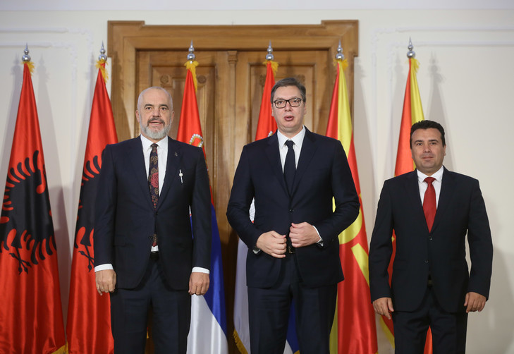 Premier-ministre-albanais-Edi-Rama-G-homologue-macedonien-Zoran-Zaev-D-president-serbe-Aleksandar-Vucic-C-posentune-photoleur-rencontre-10-octobre-2019-Novi-Sad-Serbie_0_729_502