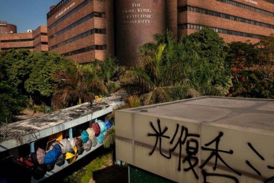 1272280-vue-de-l-universite-polytechnique-de-hong-kong-ou-des-manifestants-pro-democratie-sont-toujours-retr