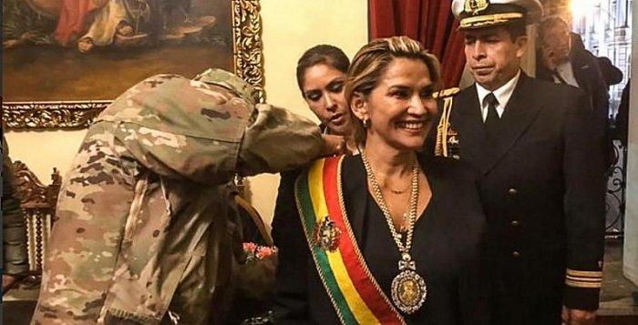 Bolivie La Présidente par intérim Jeanine Áñez a nommé un cabinet entièrement nouveau et nettement marqué à droite Anez-Receives-Presidential-Sash-c2844-2fd6e