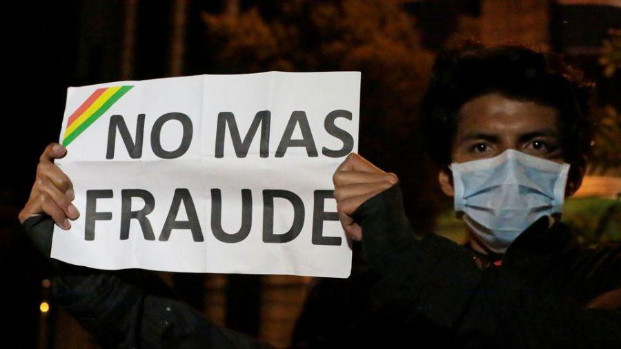 un-manifestant-tenant-une-pancarte-plus-de-fraude-pendant-une-manifestation-a-la-paz-en-bolivie-le-22-octobre-2019_6224706