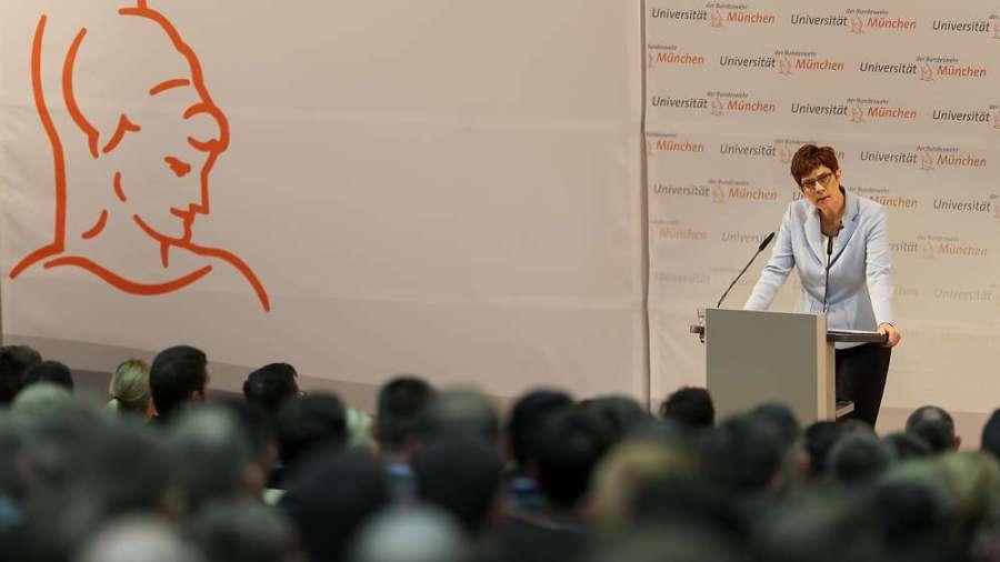 ALLEMAGNE Rede der Ministerin an der Universität der Bundeswehr München akk-am-rednerpult-an-der-bundeswehr-universitaet-muenchen