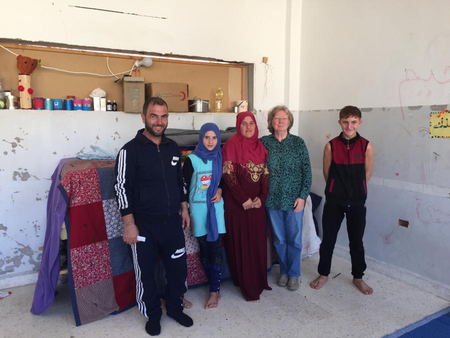 Famille à Homs avec Karin Leukefeld (2e de droite) dans un abri provisoire. (photo Karin Leukefeld) 191217_28_13-190910_Foto_privat_Homs_mit_Familie_Mashrour_Sleiman_Notunterkunft_klein
