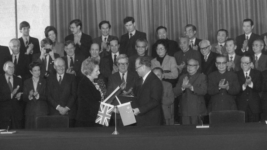 la-premiere-ministre-britannique-margaret-thatcher-et-son-homologue-chinois-zhao-ziyang-d-signent-la-declaration-conjointe-sur-hong-kong-le-19-decembre-1984-a-pekin_6195764