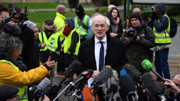 Le père de Julian Assange, John Shipton, lors de l'ouverture du procès de son fils, lundi 24 février 2020 devant le tribunal de Woolwich (Royaume-Uni). (DANIEL LEAL-OLIVAS AFP)21022767