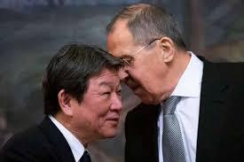 Sergueï Lavrov avec le Ministre japonais des Affaires étrangères Toshimitsu Motegi, index