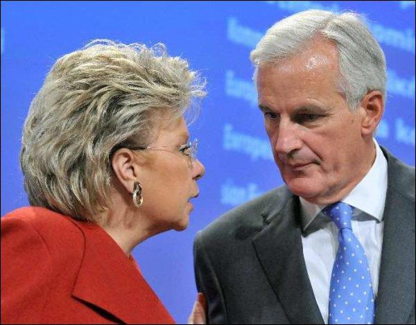 Viviane Reding et Michel Barnier lors d'une conférence de presse mercredi. (AFP) topelement