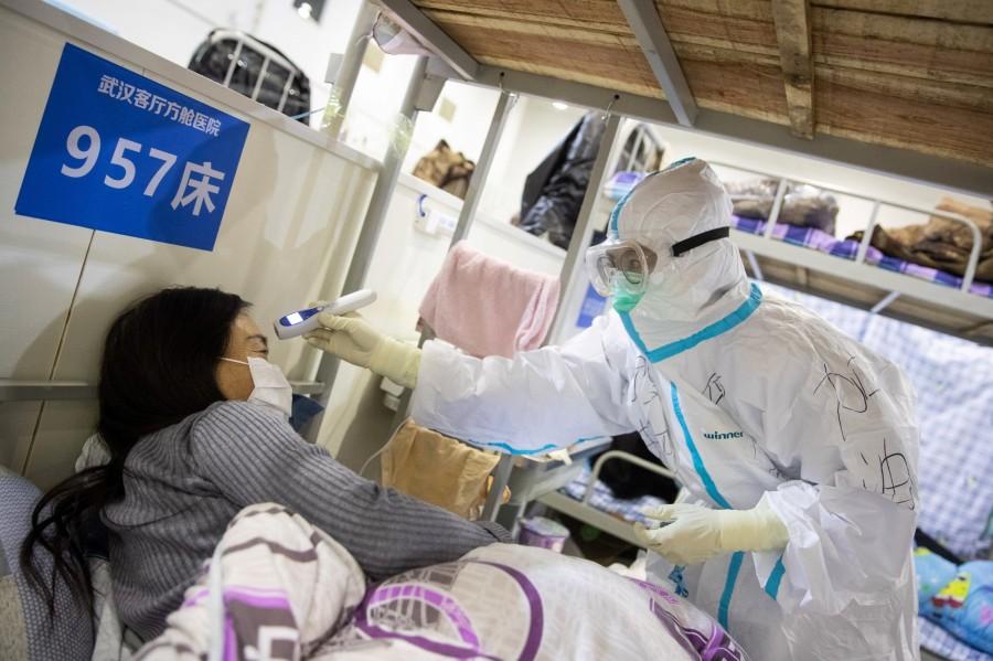 7800137173_un-personnel-soignant-prenant-la-temperature-d-une-malade-a-wuhan-le-17-fevrier-2020