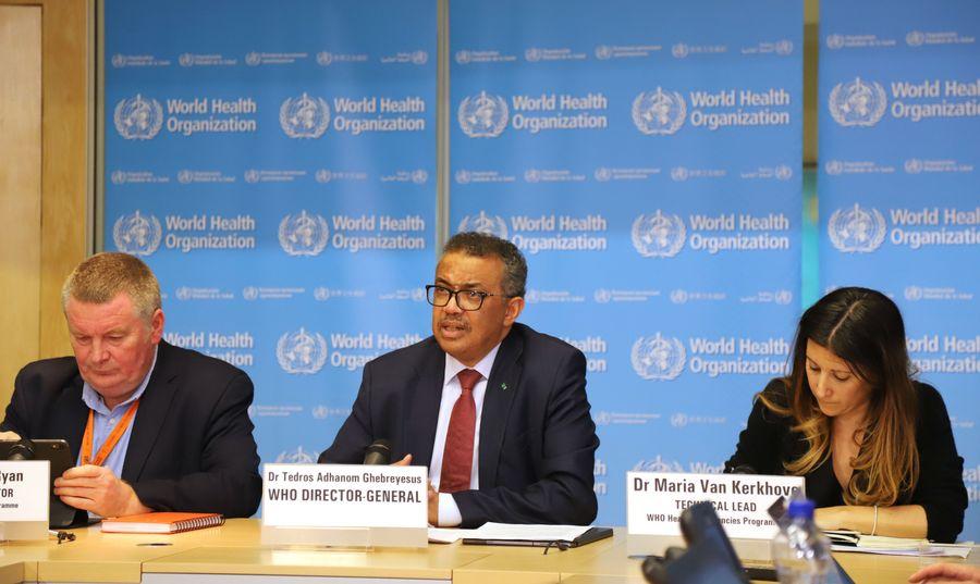 Le directeur général de l'OMS, Tedros Adhanom Ghebreyesus (au centre), s'exprime lors d'un point de presse à Genève, en Suisse, le 6 mars 2020. (Xinhua Chen Junxia)138855018_15836482188961n