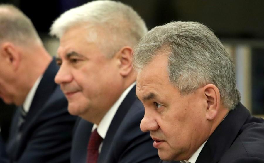 PH 6 SUR 6 Le ministre de l'Intérieur Vladimir Kolokoltsev (à gauche) et le ministre de la Défense Sergei Shoigu lors de la réunion avec les membres permanents du Conseil de sécurité.PPvj7z8jrrag7z6TMKuuofWOJgTSjUA5