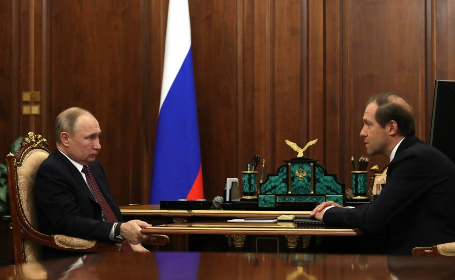 russie 1 SUR 4 Avec le ministre de l'Industrie et du Commerce Denis Manturov. ErTfA7A3LlA3DeZRAKvhzaryXJfPNZre