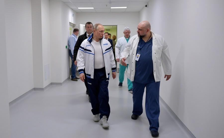 RUSSIE PH 3 SUR 12 Lors d'une visite dans un hôpital de la ville de Kommunarka près de Moscou Avec le médecin-chef de l'hôpital clinique municipal no 40 Denis Protsenko. SOBzkYHanfrvVQZb0eed5GtMHdA0IALG