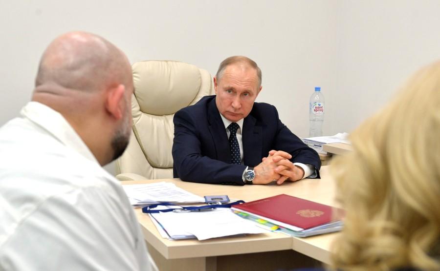 RUSSIE PH 7 SUR 12 Lors d'une visite dans un hôpital de la ville de Kommunarka près de Moscou destiné aux patients suspects d'infection à coronavirus. AwFmHHErIsABVEjsEsAYfkyTHvKNSr44