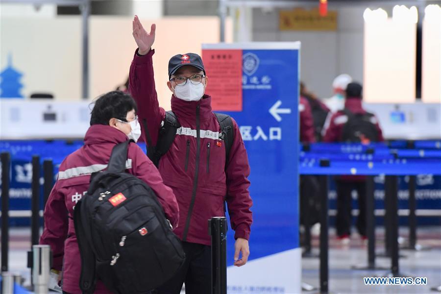 5 avril (Xinhua) -- Une équipe composée de douze experts médicaux a quitté dimanche matin Fuzhou, dans la province du Fujian (est de la Chine), pour les Philippines, 138949604_15860950845361n