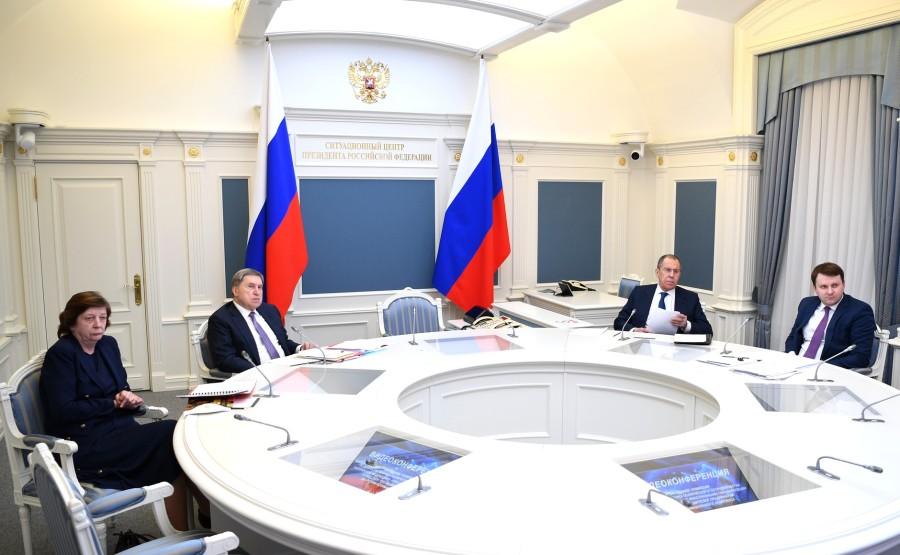 KREMLIN PH 4 SUR 4- Chef de la direction présidentielle des affaires juridiques de l'État Larisa Brychyova, aide au prés Yury Ushakov, ministre Sergueï Lavrov, aide du président Maxim O Zm7exX5jbHnPfVBsPE6xABzfV1cQOBA4