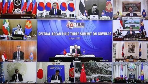 Le Premier ministre Nguyên Xuân Phuc (au milieu) préside le sommet spécial en ligne de l'ASEAN+3 sur le COVID-19