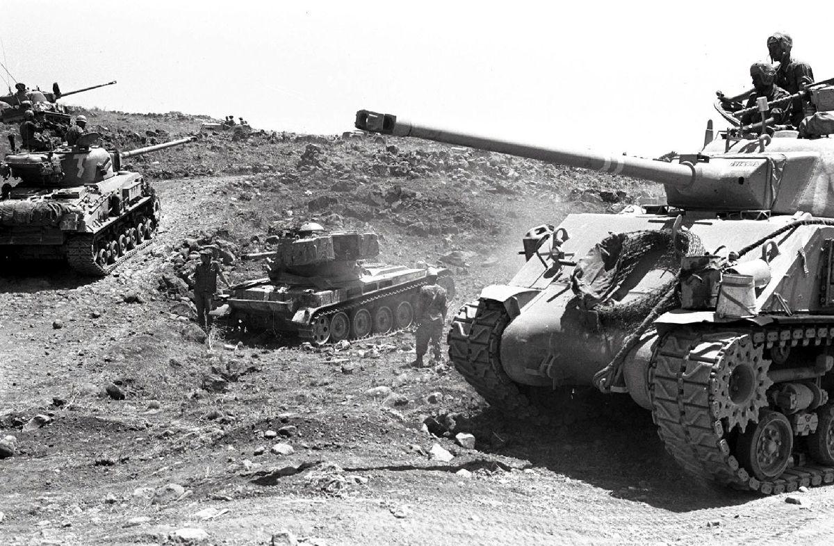 Une photographie fournie par le service de presse de l'armée israélienne, montrant des tanks avançant sur un terrain accidenté du plateau du Golan, le 10 juin 1967image