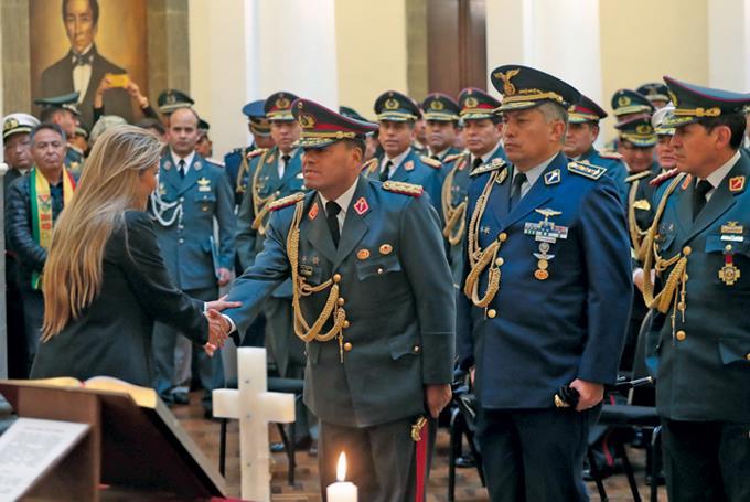 BOLIVIE La présidente par intérim Jeanine Añez saluant le commandant en chef Carlos Orellana © FM BoliviaJeanine-Anez