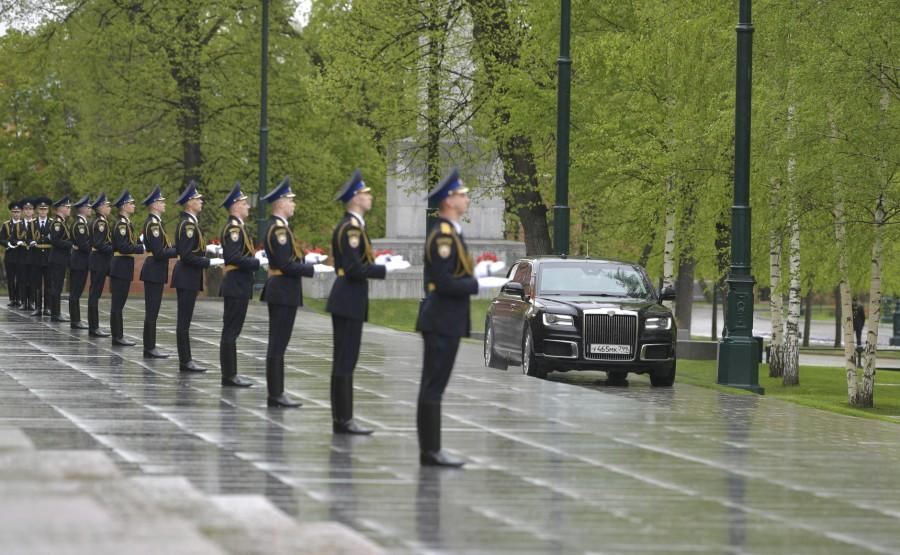 RUSSIE PH 1 SUR 26 Avant une cérémonie de pose de fleurs sur la tombe du soldat inconnu dans le jardin d'Alexandre. LuHHawTeak1afi1zfHm1rzwS9UEHkPCv