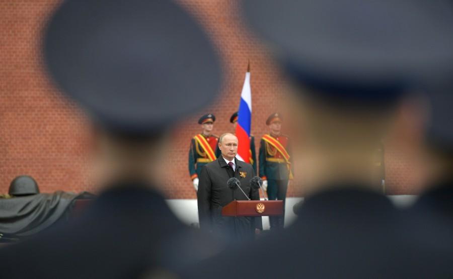 RUSSIE PH 10 SUR 26 Discours lors d'une cérémonie de pose de fleurs sur la tombe du soldat inconnu dans le jardin d'Alexandre. 5ASWYARLzPGvf0LiO4sXVtRvdhO6qTOR