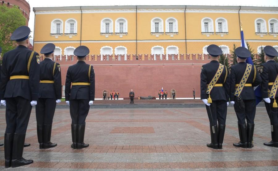 RUSSIE PH 11 SUR 26 Discours lors d'une cérémonie de pose de fleurs sur la tombe du soldat inconnu dans le jardin d'Alexandre. sQDcCzeF6mVAWkArdstbVryWwqUH1A P2