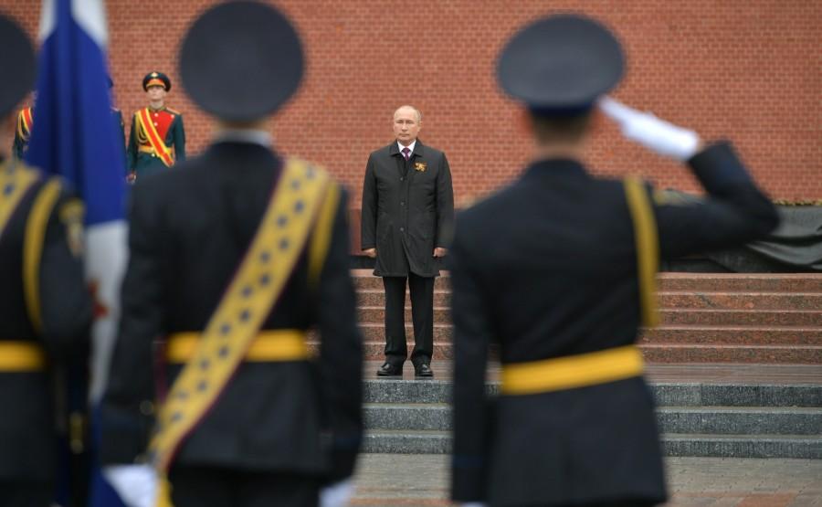 RUSSIE PH 12 SUR 26 Discours lors d'une cérémonie de pose de fleurs sur la tombe du soldat inconnu dans le jardin d'Alexandre. BqgdZA1KsUDgKv5VJk5qA2XACbwvkHUn