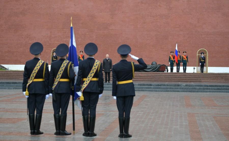 RUSSIE PH 13 SUR 26 Discours lors d'une cérémonie de pose de fleurs sur la tombe du soldat inconnu dans le jardin d'Alexandre. mMqu4kBioDkokY7BbDckYlHrS6nmemYn