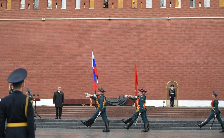 RUSSIE PH 15 SUR 26 À la fin de la cérémonie de floraison sur la tombe du soldat inconnu, la garde d'honneur et une fanfare militaire ont défilé devant le mémorial LrRJeiYCdPkugC1ejDPKUSXJGIGiL38n