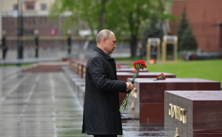 RUSSIE PH 16 SUR 26 Le président a déposé des fleurs sur les obélisques des villes héroïques et le monument honorant les villes de gloire militaire. 52gpj1PgI3cSKscyVsyIuOdbK7593M4N