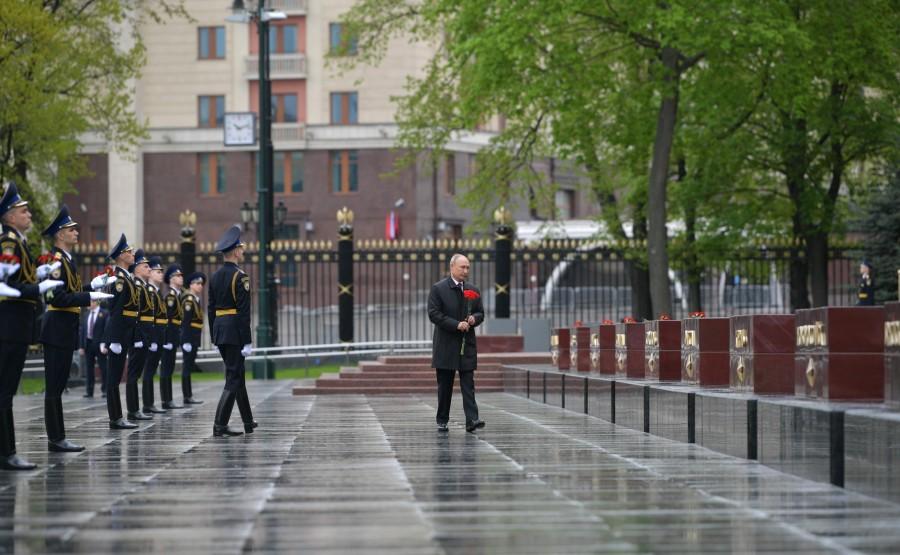 RUSSIE PH 17 SUR 26 Le président a déposé des fleurs sur les obélisques des villes héroïques et le monument honorant les villes de gloire militaire. SXZ5gxHYg0x9G06V5AVmjESDUK87CH37
